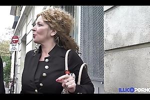Cette bonne mère de famille prend sodo et double péné [Full Video]