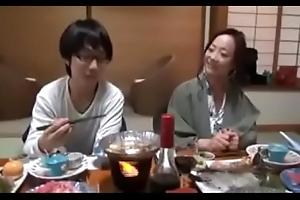 Asiatisch japanische Mistranslate bekommt geilen Fick von ihrem Jig Sohn