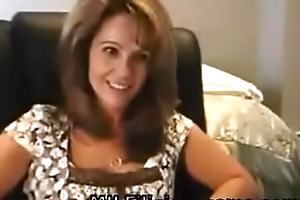 Milf Shows Clevage and Butt On Web camera - MILFiliciouscams.com