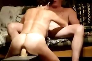 zij neukt een dildo en pijpt ondertussen haar guy